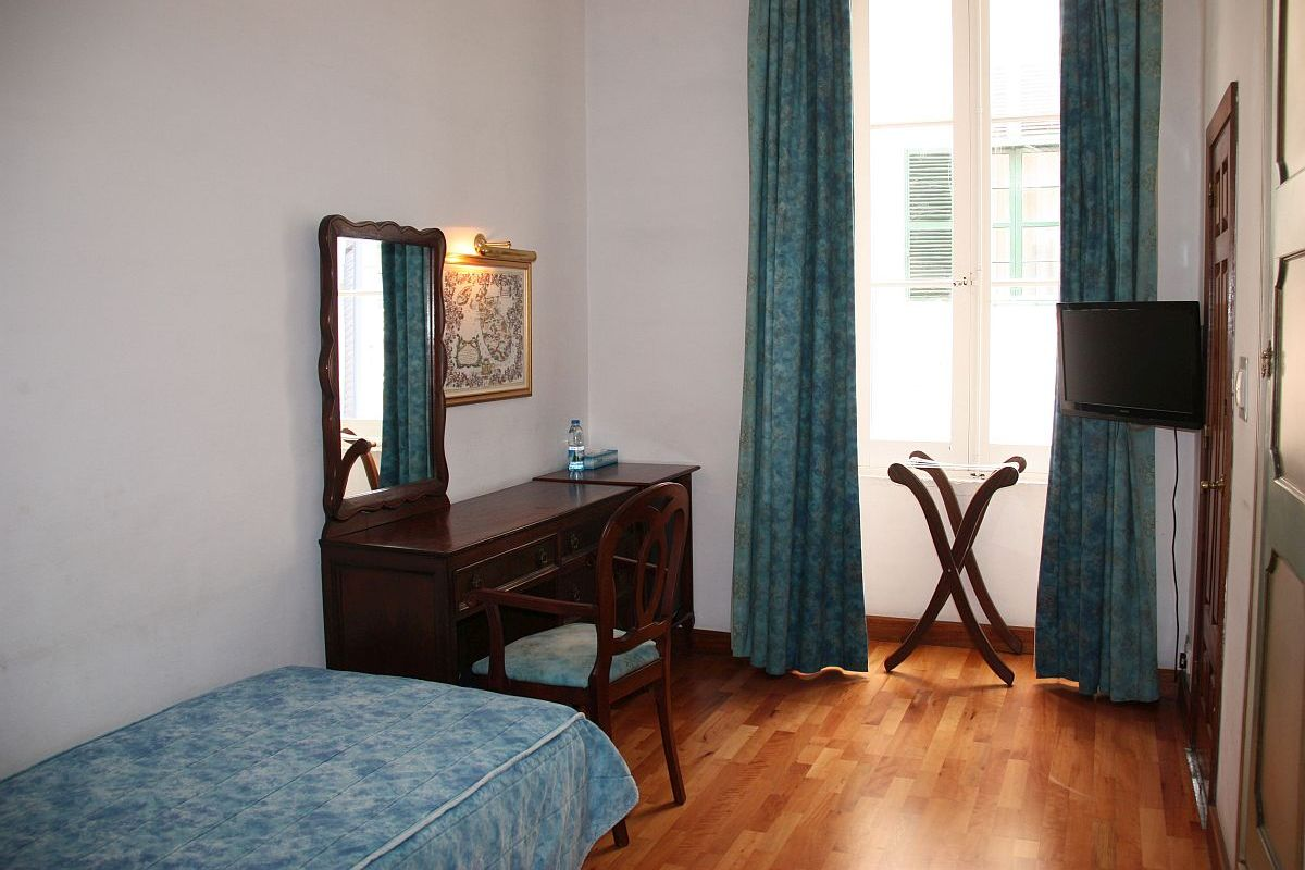 Spacious and cosy single room at the Castille Hotel